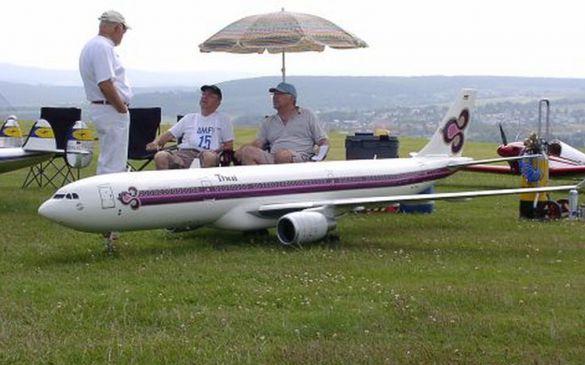 Das Modell des Airbus A330 wird mit 2 Turbinen angetrieben