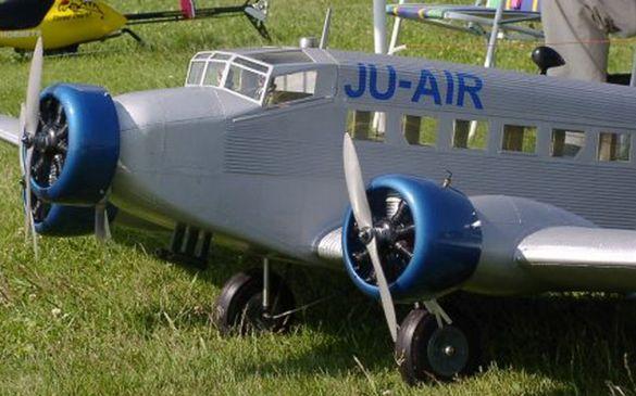 Während man am Boden noch erkennen kann, dass es sich um ein Modell der bekannten Ju52 handelt...