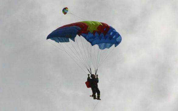 Wie bei den original Fallschirmspringern wird der Fallschirm mit den Armen gesteuert