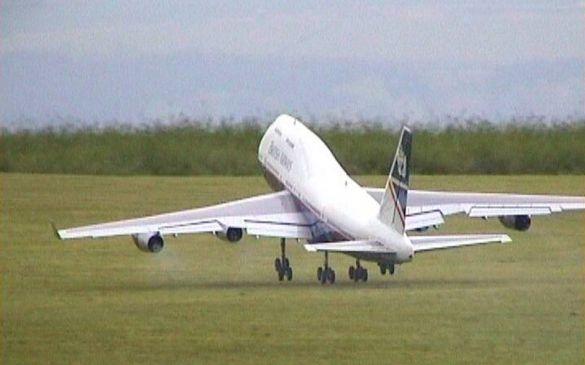 Von seinem Piloten vorgeflogen, beim Start erinnert lediglich die Graspiste an ein Modell