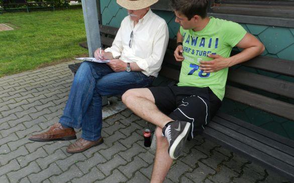 Prüfer Robert Zahn und Flugleiter Daniel