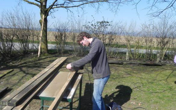 Die Planken werden abgeschliffen und anschließend gestrichen
