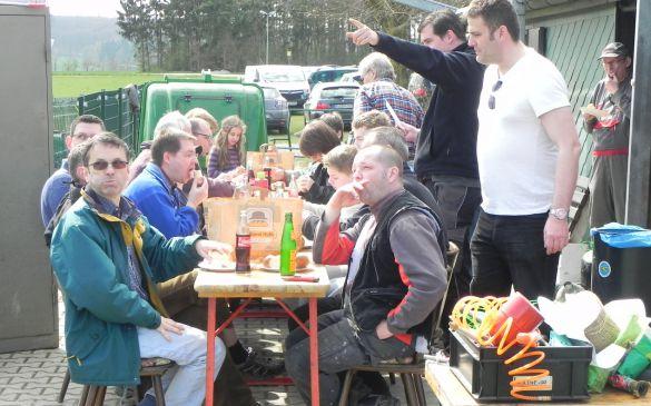 Das Team bei der verdienten Mittagspause