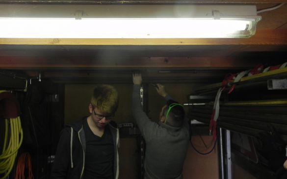 Michael und Niklas beim abdichten der Wasserleitung