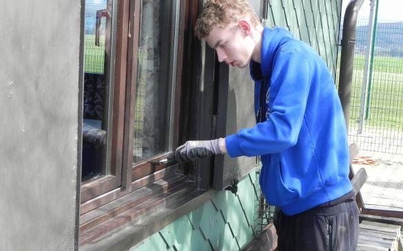 Beim Streichen der Fensterrahmen ist äusserste Konzentration gefragt