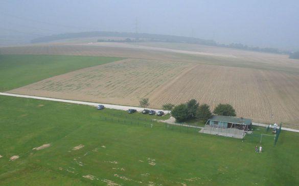 Schöner Überblick über Hütte, Vorbereitungsraum und Parkplatz