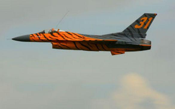 Ein schönes Flugbild gibt die F16...