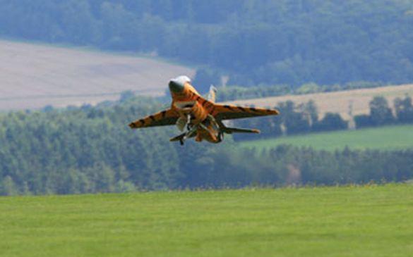 schwebt die F16 herein...