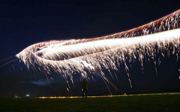 Mit Feuerwerk am Hubschrauber...